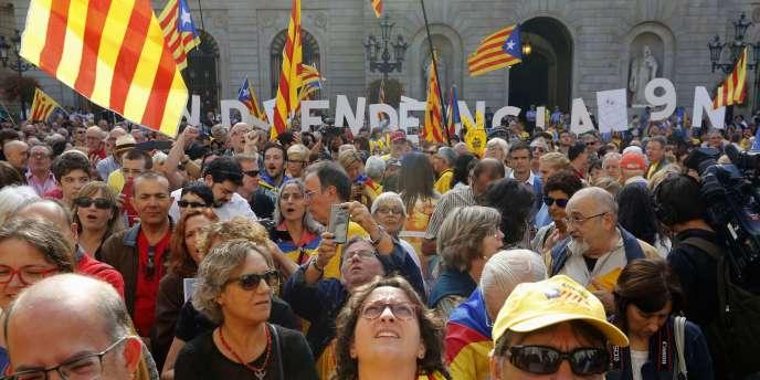 Des partisans de l'indépendance de la Catalogne manifestent à Barcelone, le 27 septembre.