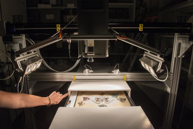 Un imageur hyperspectral permet d'analyser le codex dans les lumières visibles et l'infrarouge.