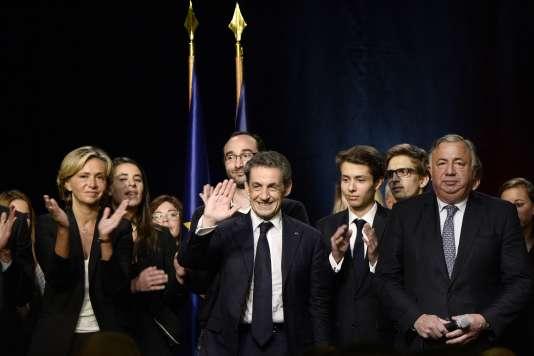 Le président du Sénat, Gérard Larcher (micro en main), au côté de Nicolas Sarkozy.