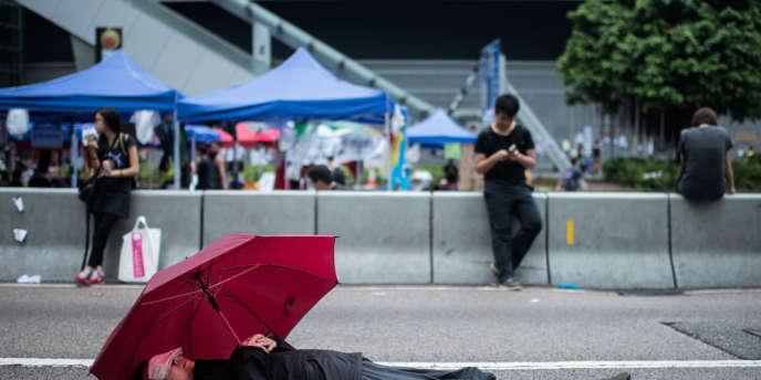 Dans une rue de Hongkong, le 4 octobre. Les manifestants peu à peu ont abandonné le blocus du siège du gouvernement de la ville.