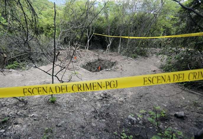 L'une des fosses dans lesquelles 28 corps non identifiés ont été retrouvés près d'Iguala, où 43 étudiants ont disparu.