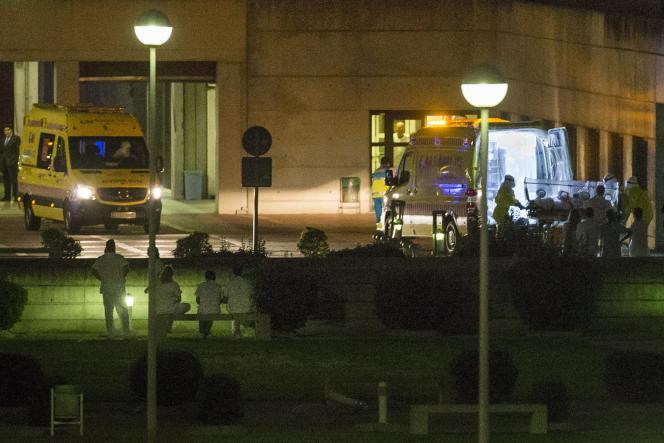 Devant l'hôpital madrilène Alcorcon, mardi 7 octobre, lors du transfert de l'aide-soignante qui a contracté le virus Ebola.