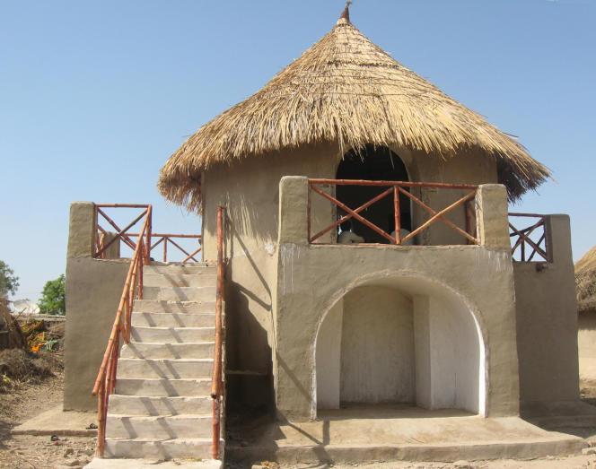 A Parho, au Pakistan, de nouvelles maisons de terre, bambou et chaux,  sont surélevées pour parer aux inondations.