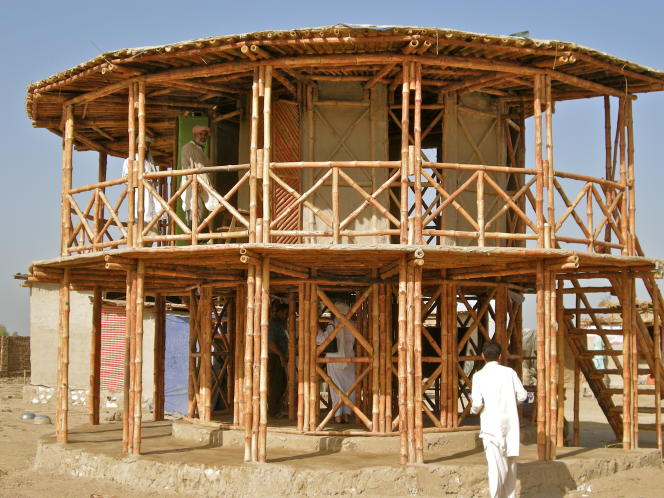 Maison en construction dans la région de Sindh, au Pakistan. Les croisillons de bambous permettent à la structure du bâtiment de résister aux séismes. Et sa surélévation est une parade aux inondations.