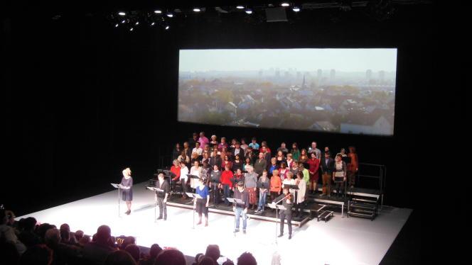 Sur scène, en 2013, comédiens amateurs et  habitants du Blanc-Mesnil jouent dans