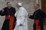 Le pape François entouré de Pietro Parolin (à gauche) et du cardinal Giuseppe Versaldi (à droite), le 8 octobre 2014.