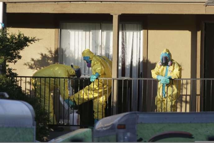 Le 5 octobre, à Dallas, des personnel de santé s'apprêtent à pénétrer dans l'appartement d'Eric Duncan, le patient américain qui a contracté le virus Ebola au Liberia.