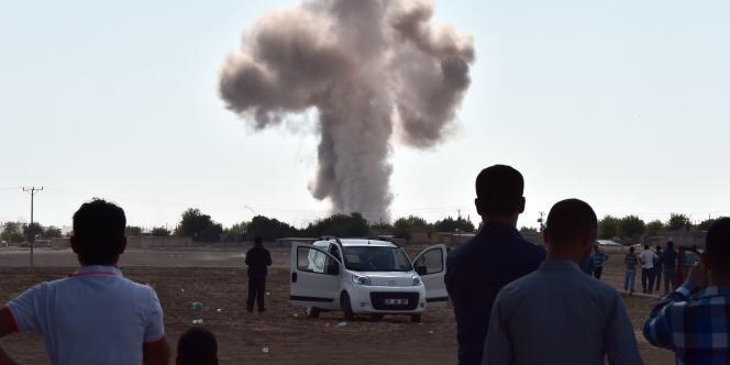 Un bombardement sur Kobané vu de la frontière turque, le 8 octobre.
