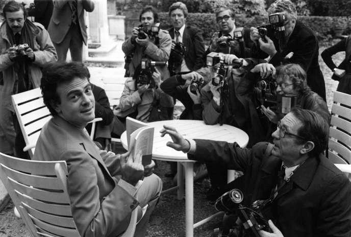 L'écrivain Patrick Modiano pose pour les photographes le 20 novembre 1978 à Paris après avoir reçu le Prix Goncourt pour son livre