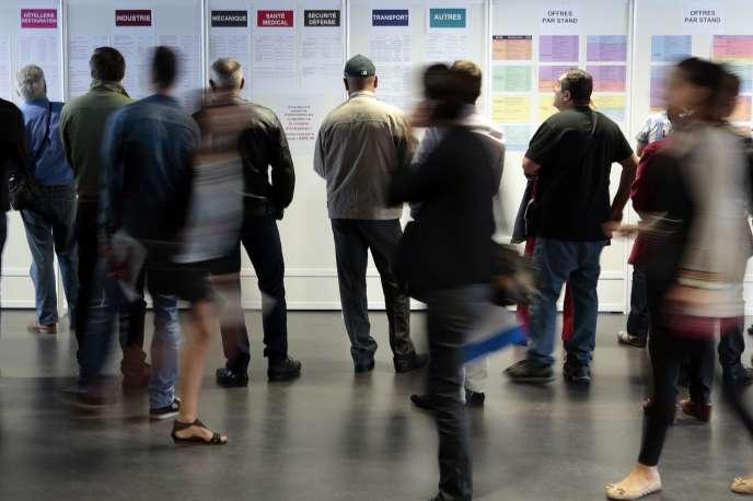 Des chercheurs d'emploi dans une agence Pôle emploi de Nice, en octobre 2014.
