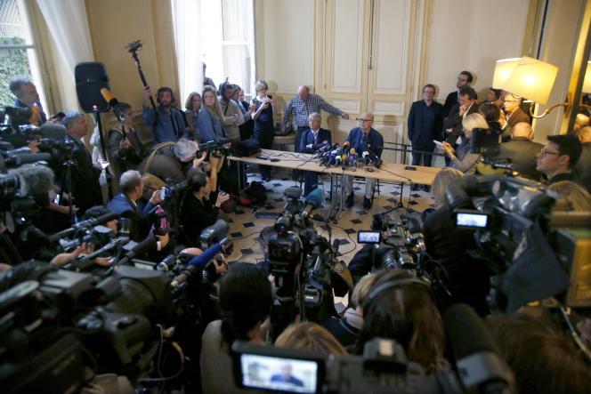 Patrick Modiano et Antoine Gallimard, lors d'une conférence de presse tenue chez Gallimard, à Paris, le 9 octobre 2014, après l'obtention du prix Nobel.