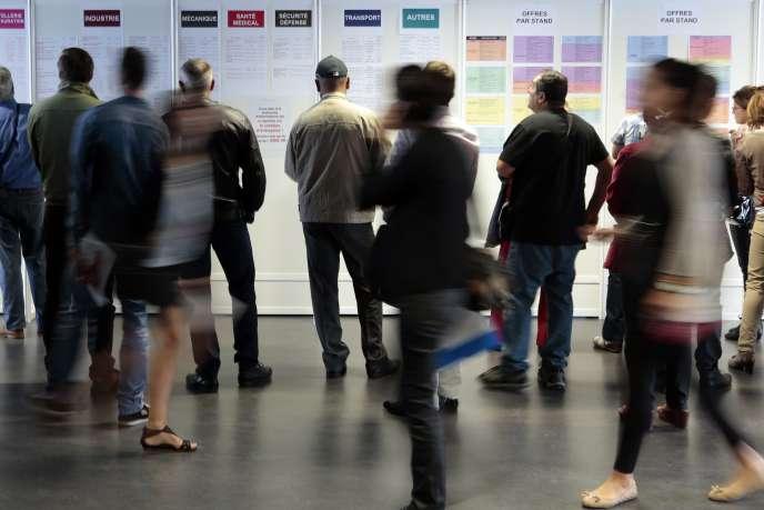 Des personnes en recherche d'emploi à Nice, en octobre 2014.