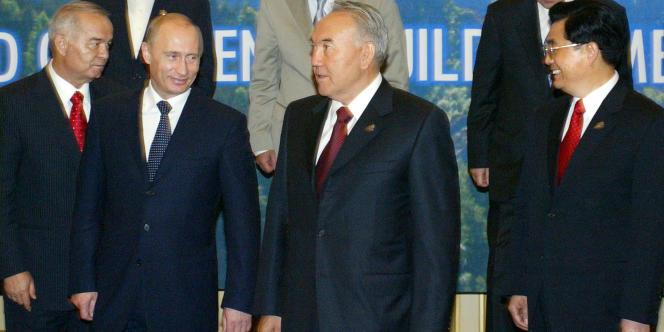 Noursoultan Nazarbaïev entre Vladimir Poutine et Hu Jintao.
