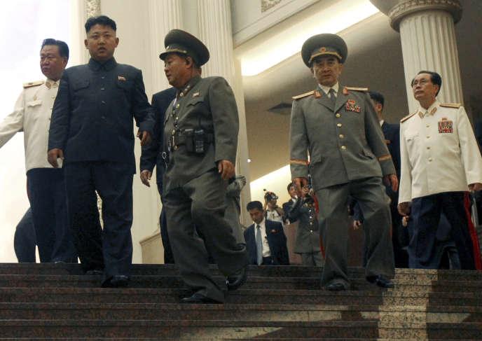Kim Jong-un, le 27 juillet 2013, accompagné de son oncle, Jang Song-thaek (en uniforme blanc, à droite).
