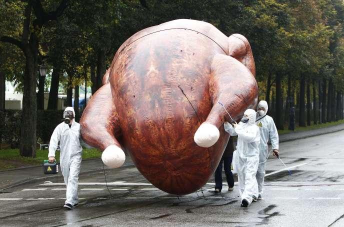 Des opposants aux traités de libre-échange   manifestent contre les poulets au chlore, à Munich, le1er octobre.