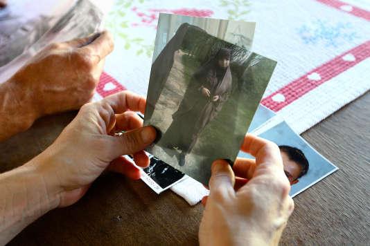 Sévérine Ali Mehenni chez elle à Lézignan-Corbières (Aude) avec une photo de sa soeur Sarah partie en Syrie (octobre 2014).