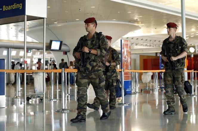 Des soldats français patrouillant à l'aéroport de Paris-Charles de Gaulle.