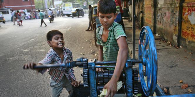 Des enfants travaillant à Guwahati, en Inde.