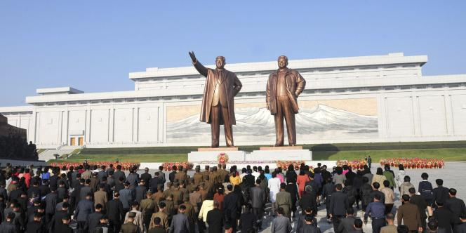 Des visiteurs devant les statues des dirigeants nord-coréens Kim Il-sung et Kim Jong-il à Pyongyang, à l'occasion du 69e anniversaire de la fondation du parti des travailleurs, le 10 octobre.