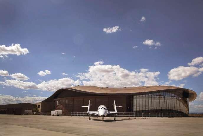 Le Spaceport America avec, devant, un modèle du vaisseau que la compagnie Virgin Galactic exploitera pour envoyer ses clients en orbite.