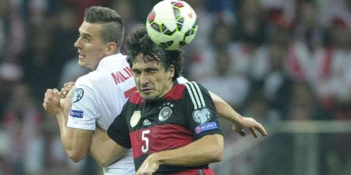 Le Polonais Arkadiusz Milik face à Mats Hummels.