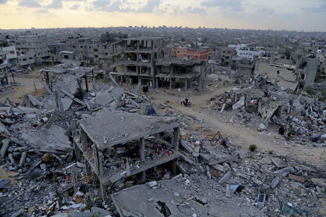 Des Palestiniens dans les ruines de leur maison à Gaza, le 12 octobre.