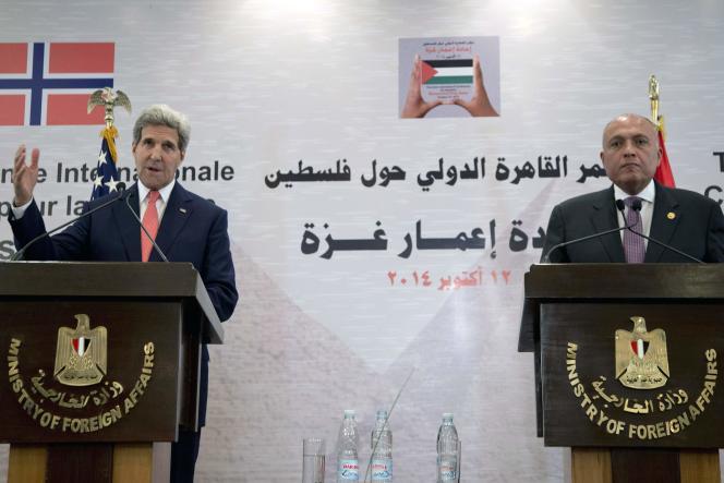 Le secrétaire d'Etat américain, John Kerry, aux côtés du ministre égyptien des affaires étrangères, le 12 octobre au Caire.