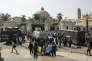 """""""Ceux qui cherchent à promouvoir l'ouverture au sein du monde arabe ont tout intérêt à concentrer leurs efforts non pas sur l'impact qu'exerce l'islam sur les mentalités, mais davantage sur l'éducation qu'offre la région à ses habitants"""" (Photo: police devant l'université du Caire, en Egypte, en 2014)."""
