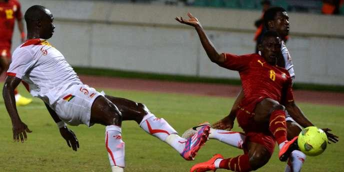 Le Guinéen Camara Fode face au Ghanéen Majeed Waris, samedi, à Casablanca, en éliminatoires de la CAN 2015.