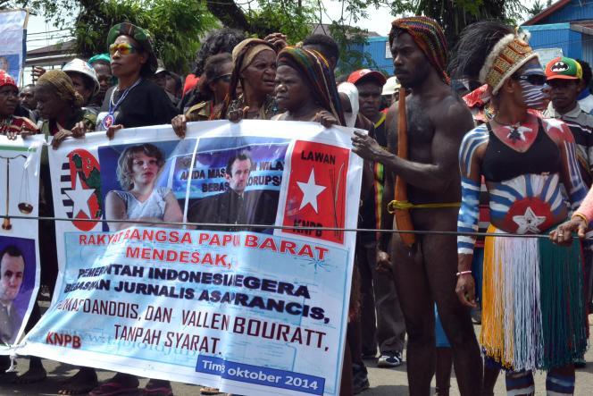 Manifestation de soutien à Thomas Dandois et Valetine Bourrat à Timika, en Papouasie, le 13 octobre.