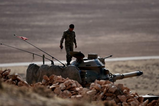 Un soldat turc stationné à la frontière avec la Syrie en octobre 2014.