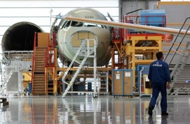 Seuls 33 % des jeunes estiment être bien informés sur les professions de l'industrie, selon une enquête IFOP de novembre 2013 (Airbus A320 en construction).