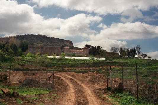 """Vue du monastère trappiste de Tibéhirine datée du 30 mars 2001. Tibéhirine, hameau du massif de l'Atlas au sud d'Alger, attend """"avec impatience"""" le retour définitif des moines qui avaient quitté leur monastère après l'assassinat de sept d'entre eux en 1996. En 1999, la communauté a été reconstituée avec un des rescapés du massacre et quatre nouveaux moines."""