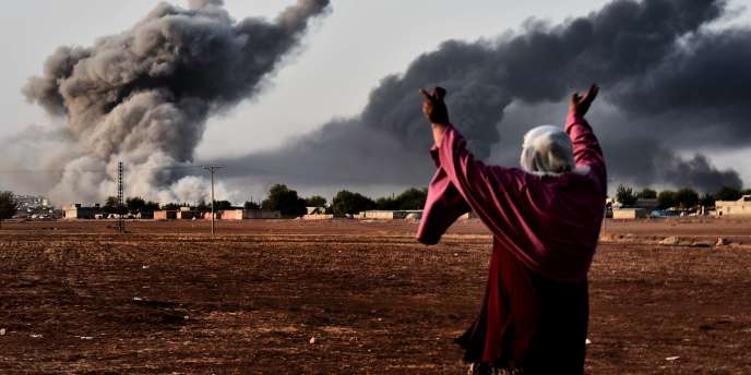 Depuis la frontière turco-syrienne, une femme regarde le village de Kobané.