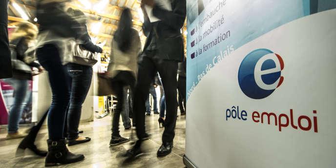 Fin 2014 en métropole, petite activité comprise, plus de 2,2 millions de chômeurs pointaient à Pôle emploi depuis au moins un an, soit 43 % de l'ensemble des inscrits.