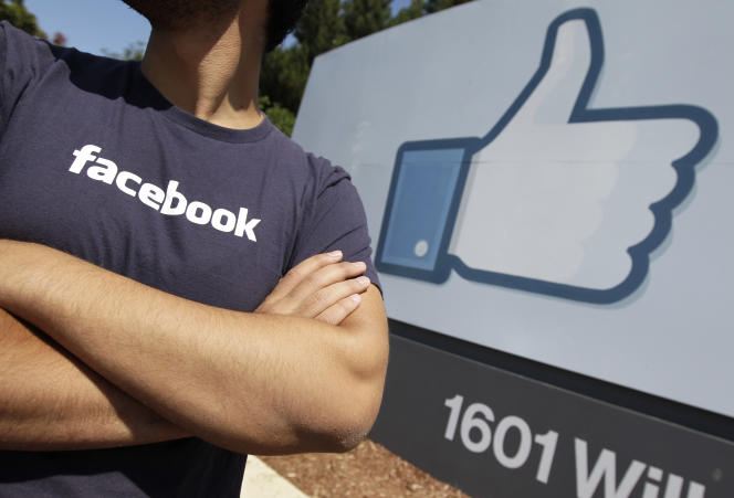 Un employé de Facebook.