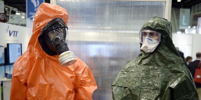 Des mannequins revêtus de combinaisons protectrices au salon du nucléaire qui a eu lieu au Bourget en octobre 2014.