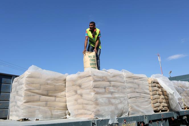 Des sacs de ciment entrant dans la bande de Gaza, le 14 octobre à Rafah.