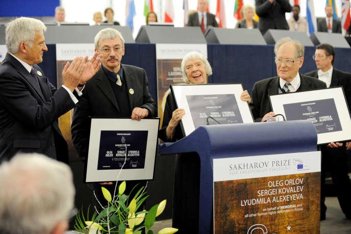 Oleg Orlov (à gauche, avec une moustache) reçoit le prix Sakharov, en 2009 au Parlement européen.