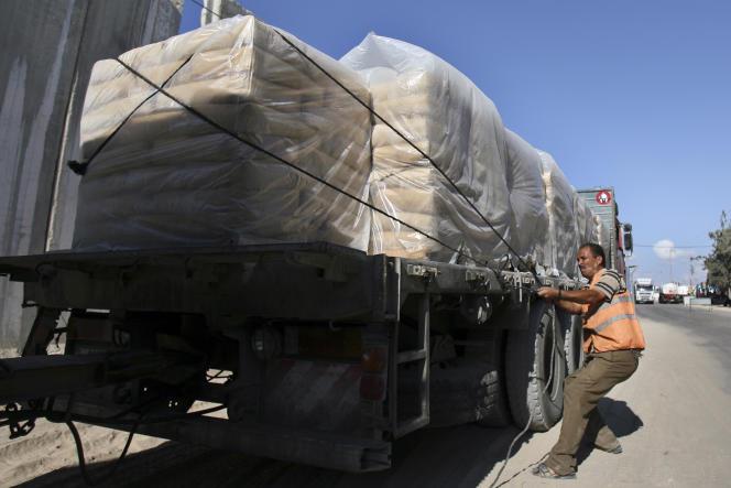 Un convoi de matériaux de construction entre à Gaza, le 14 octobre.