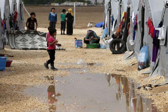 Des réfugiés kurdes de la ville syrienne de Kobani sont dans un camp dans la ville sud-est de Suruc, le 14 octobre 2014.