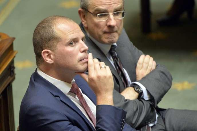 Theo Francken (en bleu) lorsqu'il était secrétaire d'Etat pour l'asile, la migration et la simplification administrative, le 14 octobre 2014.