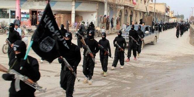 Défilé de djihadistes de l'Etat islamique à Rakka, place forte de l'organisation terroriste en Syrie, en janvier 2014.