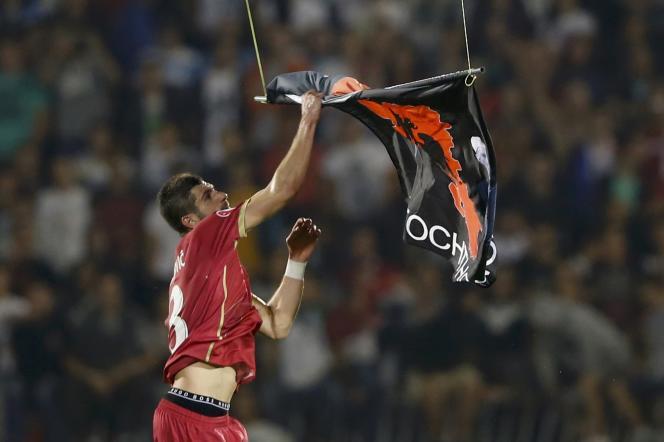 Les incidents ont éclaté lorsque le joueur serbe Aleksandar Mitrovic a essayé d'attraper le drapeau au moment où il touchait le terrain.