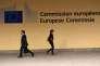 Des passants marchent devant le bâtiment de la Commission européenne, le Berlaymont, à Bruxelles, le 22 septembre 2014.