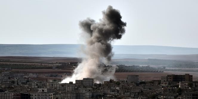 De la fumée s'élève au-dessus de la ville de Kobané après une frappe aérienne américaine.