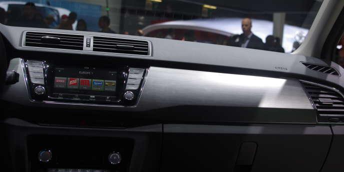 Le tableau de bord de la nouvelle Skoda Fabia s'habille d'un beau plastique gris clair. Au Mondial de l'automobile de Paris 2014.