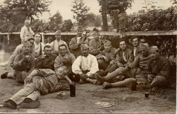 Fourni en masse dès l'automne1914, le pinard participe à la constitution et au renforcement des logiques de sociabilité et de solidarité au sein des troupes françaises.