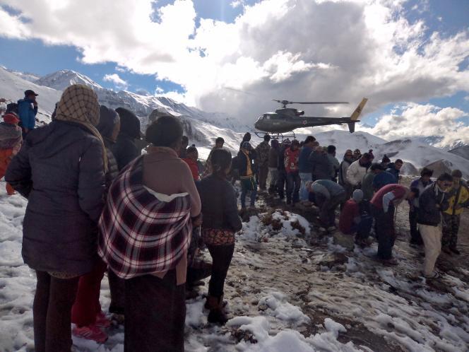 Un hélicoptère de l'armée népalaise survole un groupe de rescapés dans le district de Manang, le 15 octobre.