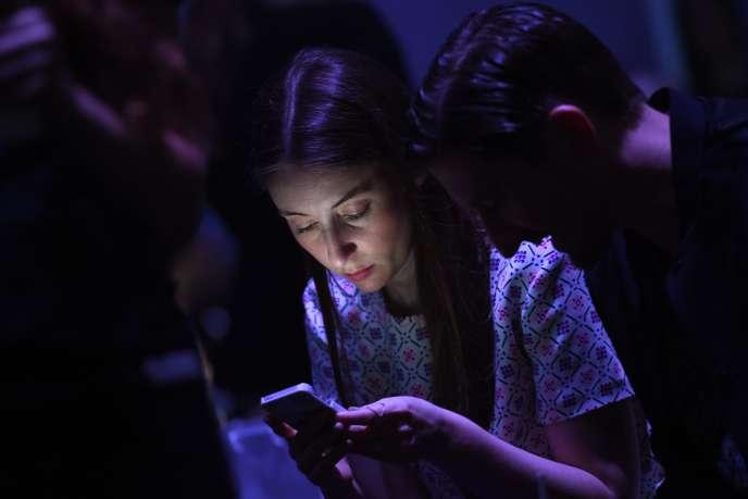Une utilisatrice de smartphone à Sydney, en avril 2014.